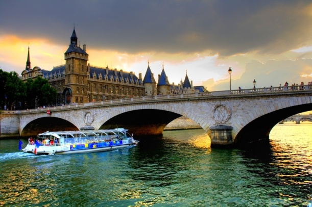 A little cruise on a 'bateau-mouche' - Photo from http://images.city-residences.com/3/Bateau_Mouche_by_javierly.jpg